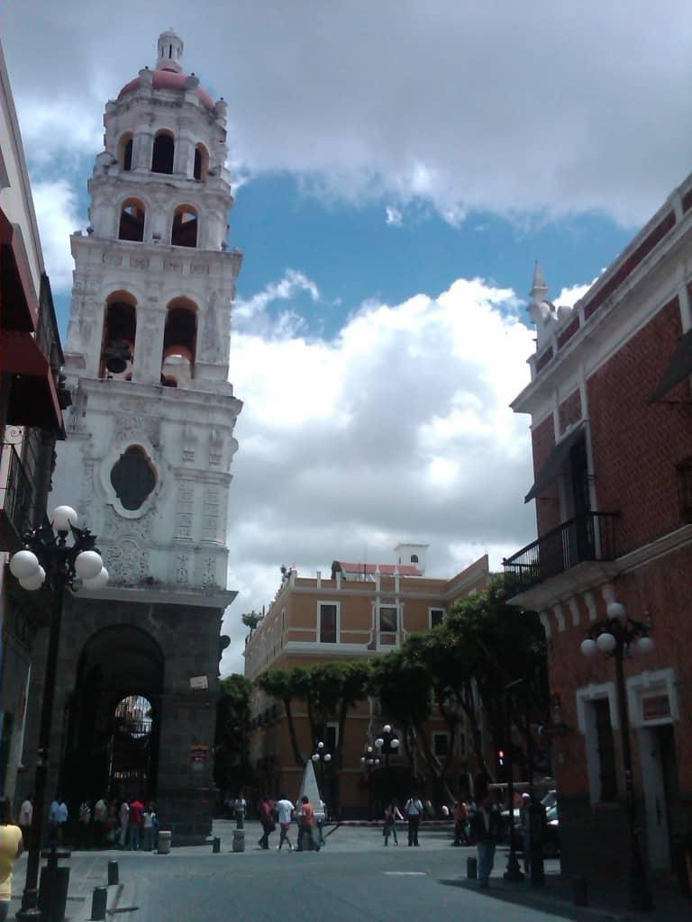 Los testigos mudos del movimiento Revolucionario, la Iglesia de la Compañía y Carolino (Izq.), Hotel Colonial (Der. en Amarillo))