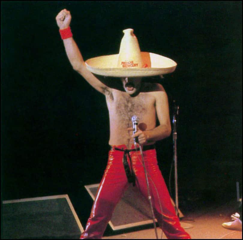 Freddie Mercury portando un sombrero en el concierto