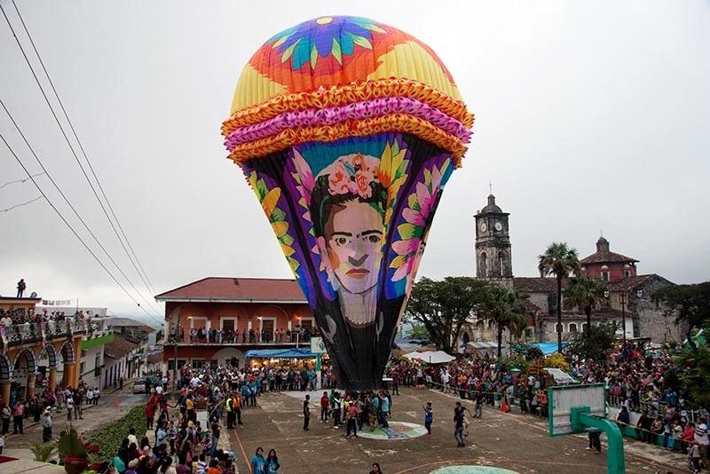Siendo una tradición cultural que se extiende a la microregión del totonacapan en la sierra nororiental de Puebla, se llevó a cabo el festival de globos elaborados en papel China en Tuzamapan de Galeana, la cual se lleva a cabo desde hace más de medio siglo y la cual está estrechamente vinculada a las festividades de todos santos.